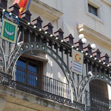 Alcoi instal·la l'enramada restaurada per festes de Sant Jordi després de 31 anys d'ús