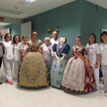 Les Falleres Majors de Gandia visiten malalts de l'Hospital