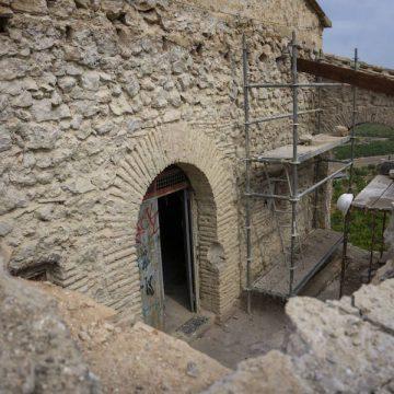 La restauració de Sant Miquel descobreix un sòcol que rodeja l'ermita i pintures a un mur
