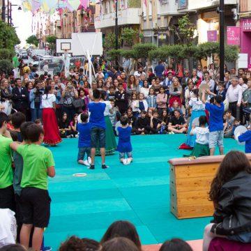 Ontinyent trau l'Esport al Carrer per a xiquets i xiquetes baix els 1000 catxirulos de colors del carrer Martínez Valls