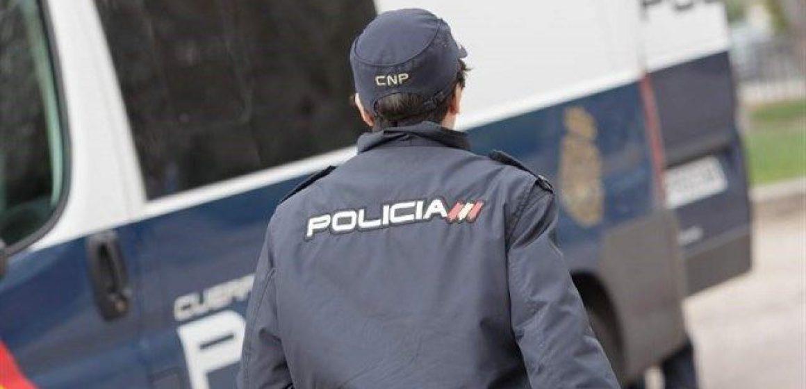 La Policia Nacional deté en Gandia un home després fracturar la lluna d'un local amb un patinet