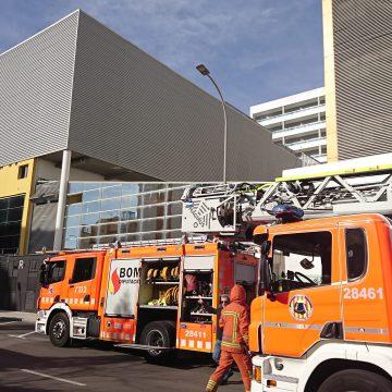 Els bombers apaguen un incendi en un hotel de Gandia