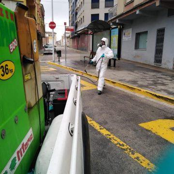La Font desinfecta voreres i mobiliari urbà