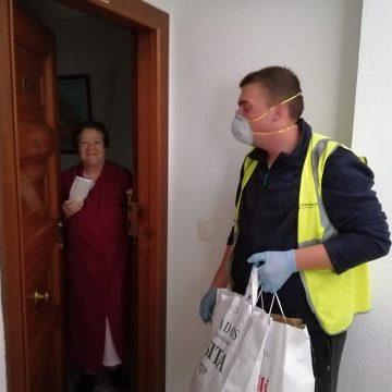 El Real de Gandia entrega mascares i guants als majors de 60 anys per protegir-los del coronavirus