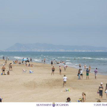 La platja de Gandia comptarà des de este cap de setmana amb personal que recordaran els normes bàsiques per combatre el coronavirus