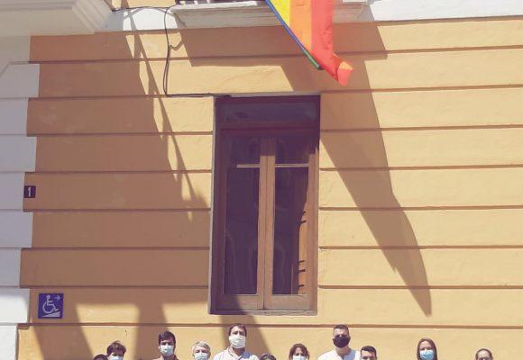 La bandera de l'Arc de Sant Martí oneja a l'Ajuntament d'Oliva amb motiu del dia Internacional de l'Orgull LGTBI