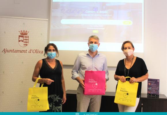 Oliva estrena un aparador digital per afavorir les vendes del comerç local