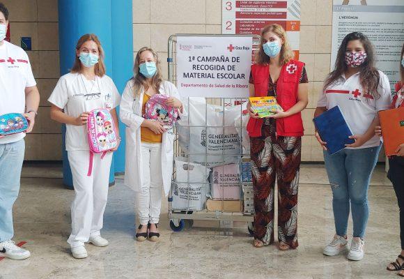 El personal del Departament de Salut de la Ribera donen 64 quilos de material escolar a Creu Roja