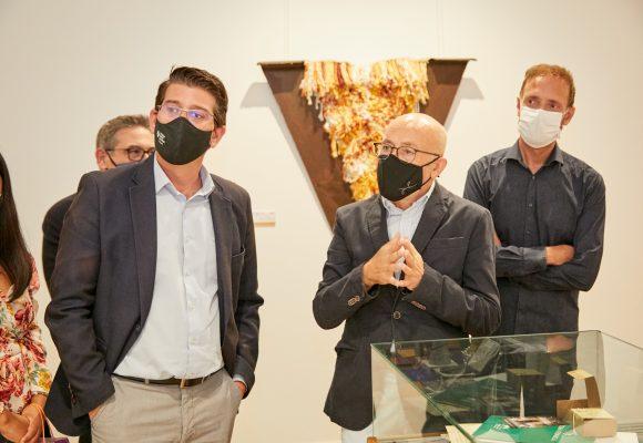 Ontinyent i el tèxtil, protagonistes de la mostra retrospectiva de l'artista Cesc Biosca a la Casa de Cultura