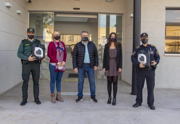 Els comerciants regalen mascaretes a la Policia Local i la Guàrdia Civil de Cullera