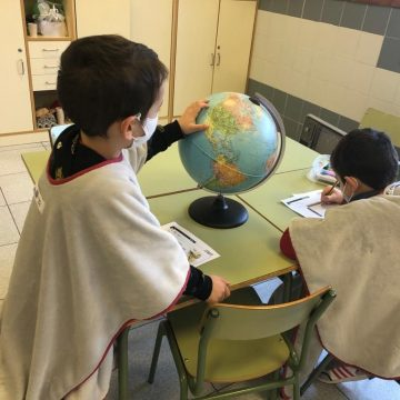 L'Ajuntament d'Oliva reparteix mantes entre l'alumnat de tots els centres escolars de la localitat