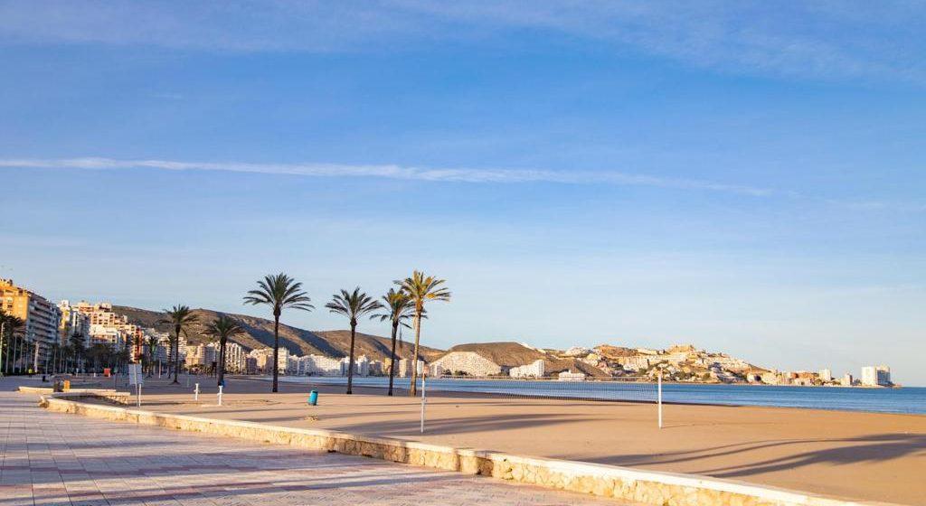 Cullera reobri les platges, el passeig marítim i el mercat ambulant
