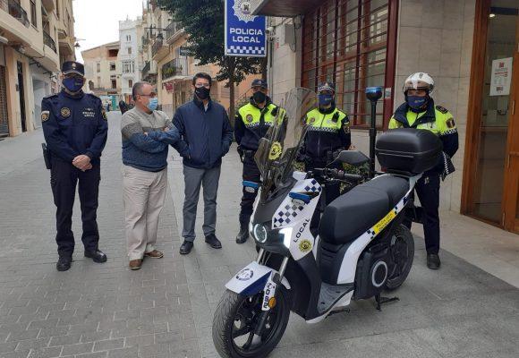 Ontinyent amplia l'equipament de la Policia Local amb càmeres personals i una nova moto elèctrica