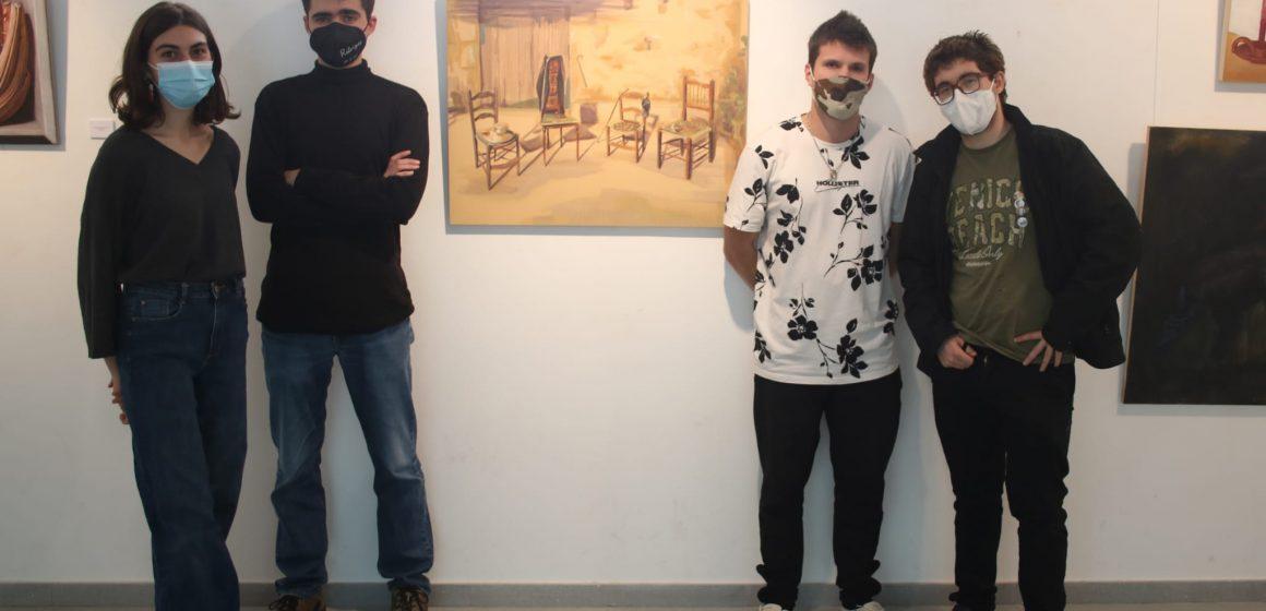 Quatre artistes exploren la persuasió visual mitjançant la pintura en una exposició a València