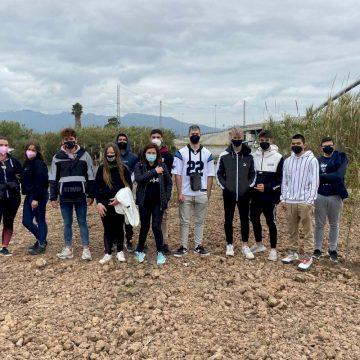 Joves de Cullera planten xops a la vora del Xúquer