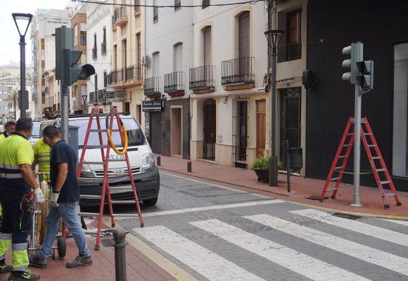 L'Ajuntament d'Oliva millora la seguretat en els carrers de Cervantes i de la Constitució amb la instal·lació de semàfors