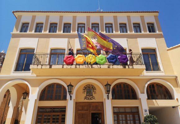 Els colors de l'arc de Sant Martí omplin la façana de l'ajuntament de Xeraco en suport al Dia de l'Orgull LGTBI