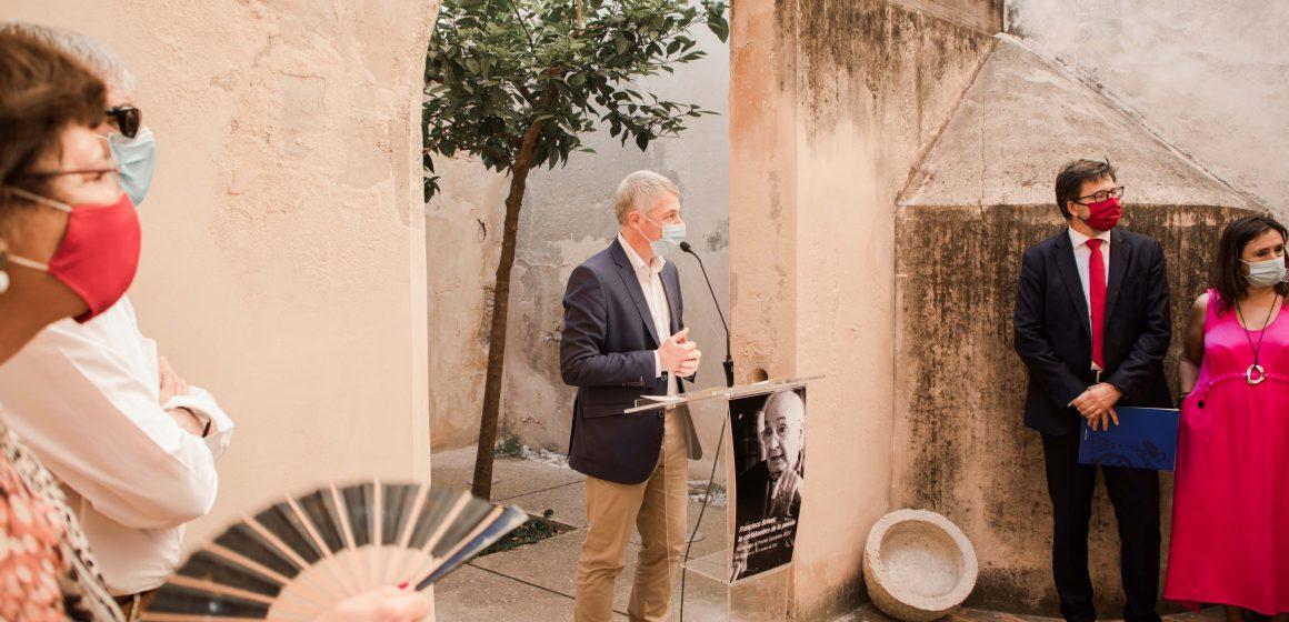 """Oliva inaugura l'exposició """"Francisco Brines: la certidumbre de la poesía"""" al Museu Etnològic"""