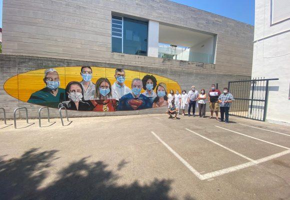 Bellreguard ret homenatge als sanitaris amb un mural junt al centre de salut