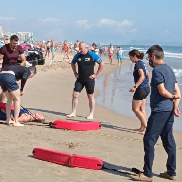 La Policia Local de Gandia continua amb el seu programa de formació en la platja
